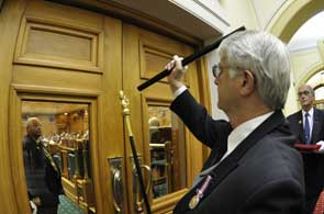Usher of the Black Rod knocks on the door of the House of Representatives